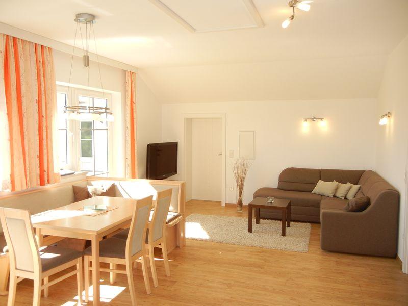 Esstisch - Couch - Ferienwohnung - Haus Terra